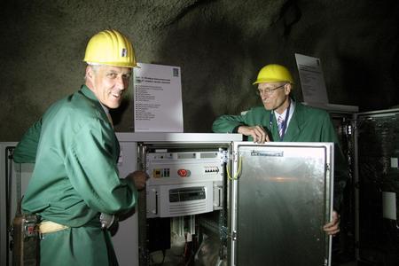 Dr.T.Steffen (l.),Geschäftsführer Forschung,Qualitätsmanagement und internationaler Service zeigt W.Hofmann,1.Kreisbeigordneter des Lahn-Dill-Kreises die Rittal RiCell Brennstoffzelle