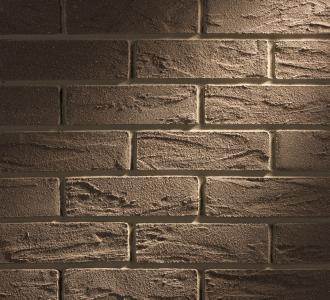 Voll- oder teilflächig: Meldorfer werden einzeln von Hand geformt. Jedes Element ist somit ein Unikat! In Kombination miteinander lässt sich aparte norddeutsche Klinkeroptik auf Teilflächen der Fassade gezielt erzeugen. Auch als vollflächige Fassadenbekleidung kommen die attraktiven Flachverblender hervorragend zur Geltung / Foto: DAW SE/alsecco für INTHERMO