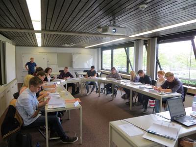 Um sich bei Piepenbrock zurechtzufinden, bekommen die neuen Auszubildenden in der Einführungswoche alle wichtigen Informationen über das Unternehmen an die Hand.