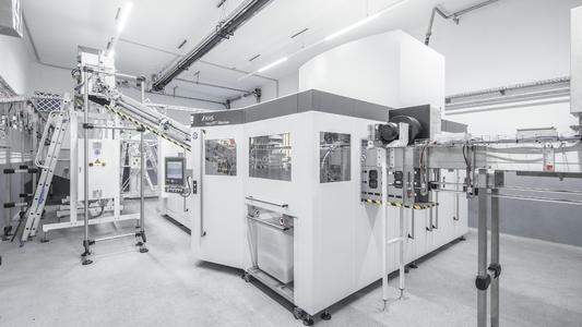 Die Streckblasmaschine KHS InnoPET Blomax Serie IV arbeitet mit äußerst geringen Betriebskosten