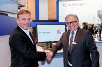 Gregor Fies, Direktor der Schleupen AG, und Rudolf Böck, Partner in der Kanzlei Becker Büttner Held, besiegeln ihre Kooperation.