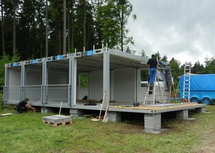Das Gelände wird mit Betonplatten nivelliert.