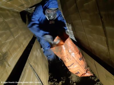 Persönliche Schutzausrüstung (PSA) für PowAir Cleaner mit Atemschutzmaske und Frischluftzufuhr ist bei Egger PowAir Cleaning Pflicht (Bild 1)