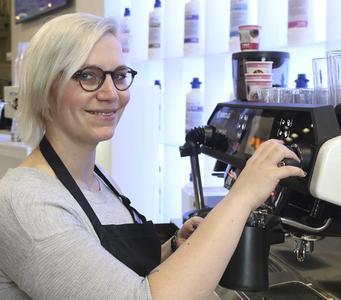 Die amtierende deutsche Barista-Meisterin Erna Tosberg war exklusiv für BWT water+more beim Live-Brewing im Einsatz.