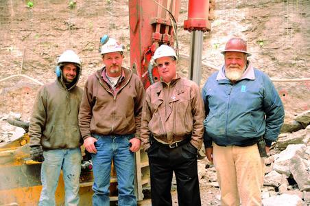 (Von links) Jon Pung, Ric-Man Bauleiter; Walter Proctor, Ric-Man Baggerfahrer; Scott Hendricks, Atlas Copco Area Sales Manager; Gene Bowers, Ric-Man Gesamtleiter Tiefbau