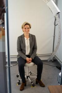 Fr. Hofmeister-Krautt beim 3D Scanning durch IPO.Face