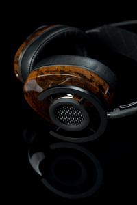 """AudioQuest NightHawk Kopfhörer mit Kopfhörermuscheln aus """"Flüssigem Holz"""" ARBOFORM® der TECNARO GmbH wurde auf der Consumer Electronics Show (CES) 2015 in Las Vegas als """"Best of Innovation Winner"""" In der Kategorie """"Eco-Design und nachhaltige Technologien"""" ausgezeichnet, Foto: AudioQuest"""