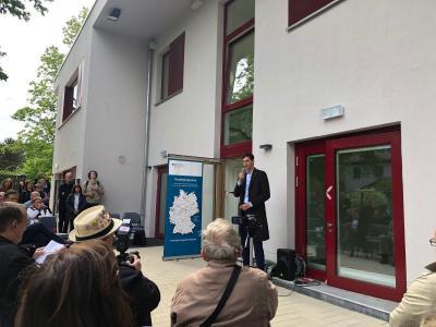 Martin Hikel, Bezirksbürgermeister Neukölln, spricht bei der Eröffnungsfeier des Kinderclubhauses am 15. Mai. Bild: Hitzler Ingenieure