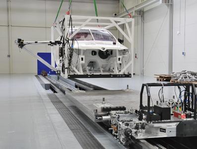 Dynamische Bauteilprüfung im neuen TÜV SÜD-Prüflabor in Mladà Boleslav, Tschechien. Die externe Rahmenkonstruktion rund um das Prüfmuster ermöglicht die Simulation eines Aufpralls bzw. einer Kollision aus verschiedenen Richtungen und ermöglicht bei Bedarf reproduzierbare Tests