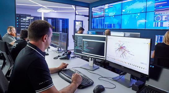 Ein Team aus erfahrenen IT-Sicherheitsexperten bildet das Link11 Security Operation Center (LSOC), das durch eine 24/7-Überwachung die sich ständig verändernde Bedrohungslandschaft permanent analysiert und so neue DDoS-Risiken rechtzeitig erkennt. © Robert Lichtenberg