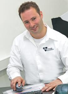 Heiko Kienast beim Einlesen des Kontrollkeils mit einem handelsüblichen Messgerät; anschließend wertet er die Farbrichtigkeit mit dem CA Control Tool aus.