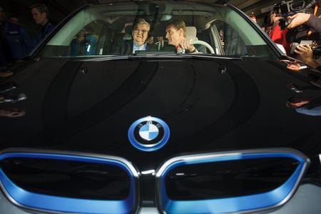 BMW Betriebsversammlung Joschka Fischer und Leipzigs OB Burkhard Jung in einem BMW i3