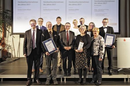 """Die Preisträger der Auszeichnung """"Handwerksunternehmen des Jahres"""" 2017 mit den Laudatoren und den Veranstaltern / Foto: HWK FR/Tobias Heink"""