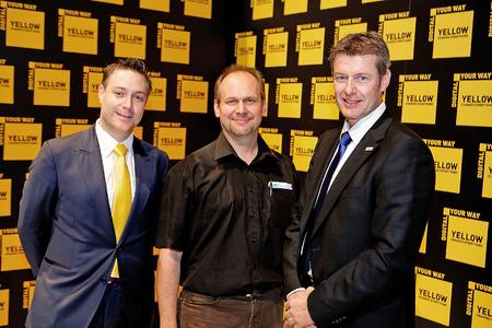 Geschäftsabschluss auf der drupa (von links): Roy Buchs, Sales Account Manager, Kodak; Gallus Niedermann, Inhaber und Geschäftsführer der Niedermann Druck AG; und Marcel Eugster vom Schweizer Kodak Vertriebspartner OFS Group
