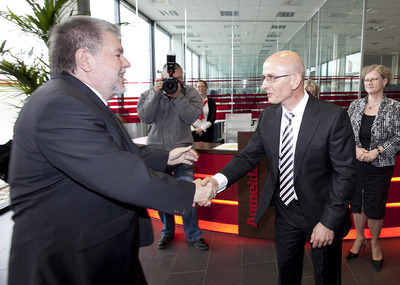 Prime minister Kurt Beck congratulates Mr. Richter on the companies´one-year anniversary
