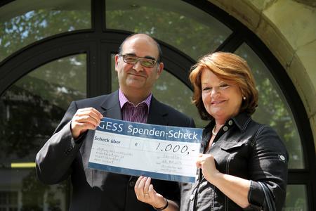 Iris Gess überreicht Christoph Sochart einen Scheck über 1.000 Euro für die Stiftung PRO AUSBILDUNG.