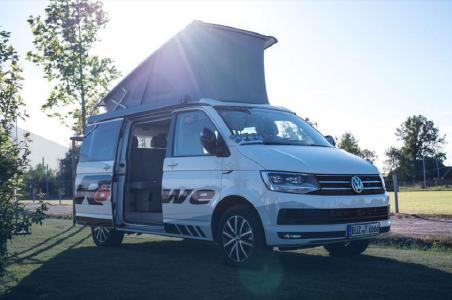 Zum Leistungsspektrum der Röwe Automobile GmbH gehört die Vermietung von VW T6 California Campern