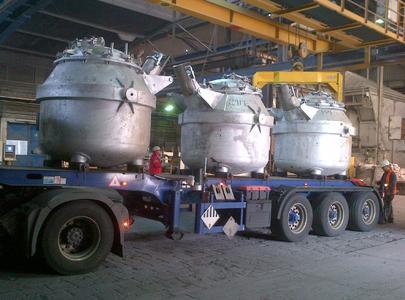 Auflieger mit Transportwarmhaltetiegeln für Flüssigaluminium bei der Aleris Recycling GmbH