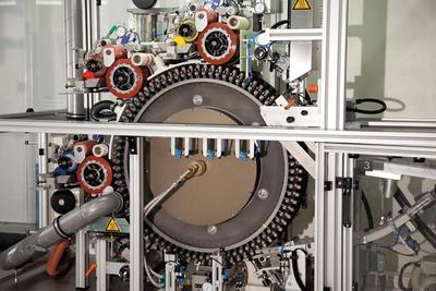 """3 Farben mit 3 """"RTI 21-150"""" Rotations-Tampondruckwerken und einem gekühlten Rad eliminiert Passerungenauigkeiten durch Erwärmung"""