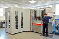 Schneller Zugriff für Erodieraufgaben: Erowa ERM-Roboter für zwei Erodiermaschinen Exeron EDM 312