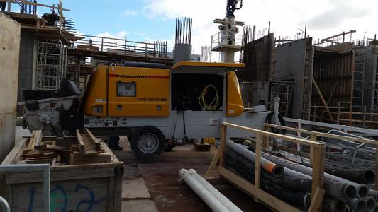 Eine Putzmeister BSA 2109 H-D Anhängerbetonpumpe mit einem 200-kW-Dieselmotor wurde verwendet, um den Beton auf die maximale Höhe des Projekts von 60 m zu fördern.