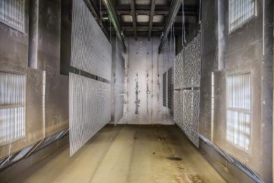 Pulverbeschichtungsprozess | Im Kammerofen wird das aufgebrachte Pulver bei 180° C geschmolzen - dabei entsteht die gewünschte Lackschicht.  Foto: Maks Richter