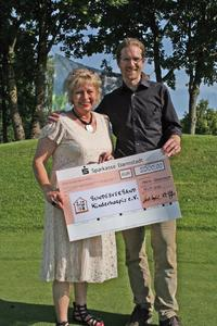 Geschäftsführer Guido Kuphal  überreichte beim Caparol Golfcup am 18. Juli in Wiesensee Geschäftsführerin Sabine Kraft  vom Bundesverband Kinderhospiz eine Spende in Höhe von 5000 Euro / Foto: Caparol Farben Lacke Bautenschutz