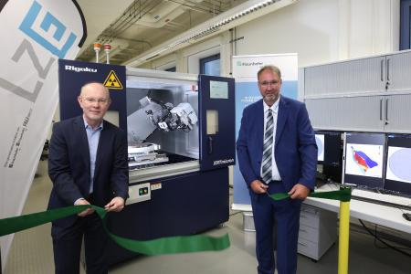 Dr. Michael Hippler (right), President of Rigaku Europe SE and Prof. Dr. Martin März, Head of Fraunhofer IISB during unveiling the new X-ray topography tool. © Kurt Fuchs / Fraunhofer IISB