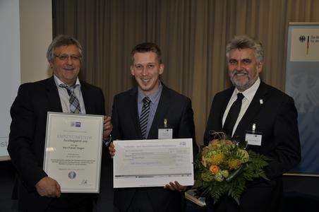 IHK-Präsident Klaus Olbricht (l.) und Prof. Dr. Armin Willingmann (Rektor der Hochschule Harz, r.) freuen sich jeweils mit den Preisträgern Fabian Degen / Foto: IHK Magdeburg