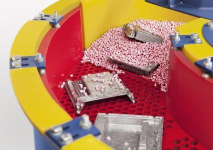 """Auch von """"schöpfenden"""" Werkstücken werden die Schleifkörper zuverlässig separiert / Bildrechte: Werksfotos Walther Trowal"""