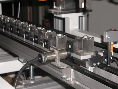 Die RFID-Systeme BIS M funktionieren selbst in einem Umfeld mit Wasser, Öl, Staub etc. unabhängig von Trägermaterial und Inhalt.