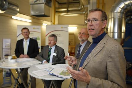 Prof. Dr. Axel Priebs im Gespräch mit Bürgermeister Friedhelm Fischer, Dr. Manfred Schüle (Geschäftsführer der Energie-Projektgesellschaft Langenhagen mbH) und Harald Halfpaap (Geschäftsführer proKlima)