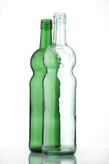 O-I hat passend zur Fußball-Weltmeisterschaft eine Weinflasche entwickelt. In der weißen Flasche wird ein Rosé aus der Region Côtes-de-Gascogne abgefüllt. In der grünen Flasche ein roter Bordeaux