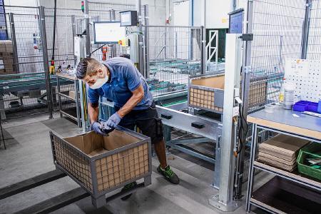 Beim eigens eingerichteten Kommissionierplatz kann mayr® die Waren vom automatisierten K-Platz ausschleusen und außerhalb der Anlage kommissionieren