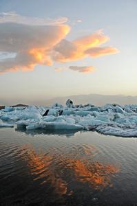 Kurz vor Mitternacht entstand dieses eindrucksvolle Foto vom isländischen Gletschersee Jökulsarlon.