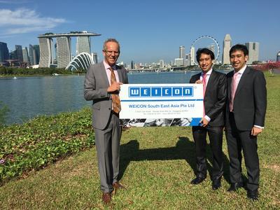 Ralph Weidling mit Qiang und Gang Kho, Geschäftsführer von WEICON South East Asia