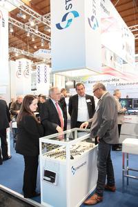Staatsekretär Peter Hofelich (3.v.r) besucht den Gemeinschaftsstand des Netzwerks INNONET Kunststoff