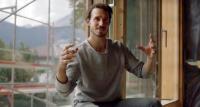 Der deutsche Slalom-Star Felix Neureuther beheizt sein neues Haus mit Eis.