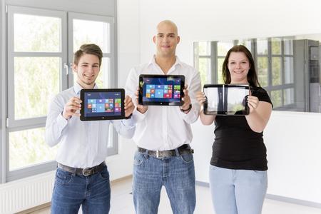 """Außergewöhnliches Auszubildenden-Projekt: Das Business-Tablet """"Tarox Craftab"""" setzten Jennifer Kira Peters, Lukas Lensing und Nils Boettcher für die Hausmesse """"Inside"""" in Szene"""