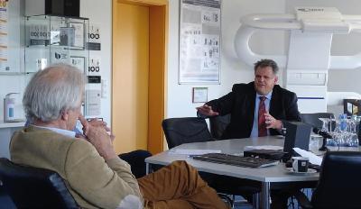 Gründer und Geschäftsführer der MedTec Axel Muntermann (l.) und Landtagsabgeordneter Stephan Grüger (r.)