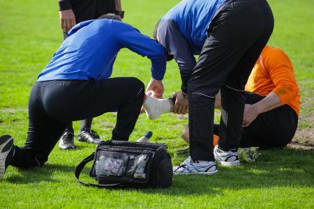 Trainer und Sportliche Leiter müssen sich mit komplexen medizinischen Themen wie Sportverletzungen, Prävention und Rehabilitation auskennen.  Quelle: WINGS / Adobe Stock