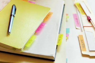 Post-it Indexstreifen sind perfekte Lesezeichen und verleihen Kalender, Unterlagen & Co. Struktur / Foto: 3M