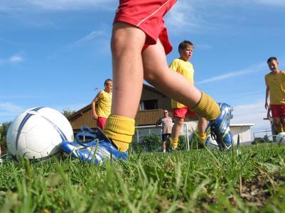 Teilnehmer des Camps beim Fußball spielen
