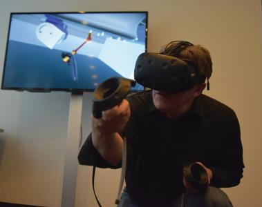 服务工程师借助虚拟现进行Scara机械手的各项维保操作培训。