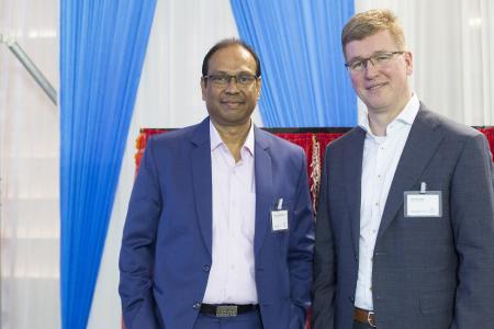 Meilenstein für die Produktion von kornorientiertem Elektroband in Indien erreicht: Kesava Iyer Venkatesan, (Standortleiter thyssenkrupp Electrical Steel India) und Dr. Jens Overrath (CEO thyssenkrupp Electrical Steel) bei der Eröffnungsfeier der neuen Produktionsanlage