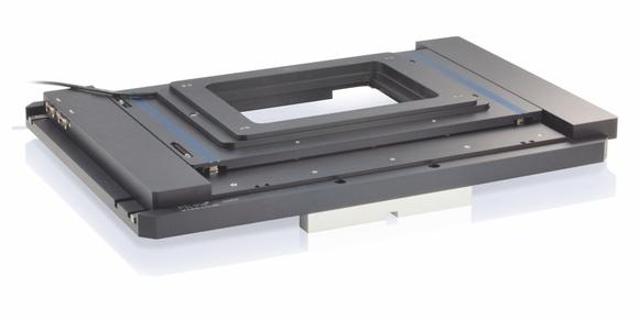 Dynamic and precise: The combined stage, consisting of a motorized XY stage with a travel range of 100 x 75 mm and a Z stage for specimen scanning, fits on inverse microscopes of the Olympus IX2 series and Nikon Eclipse TI without using an adapter