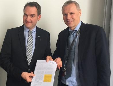 BITMi Präsident Dr. Oliver Grün überreicht das 10-Punkte-Papier an Gerald de Graaf, Direktor der EU Kommission