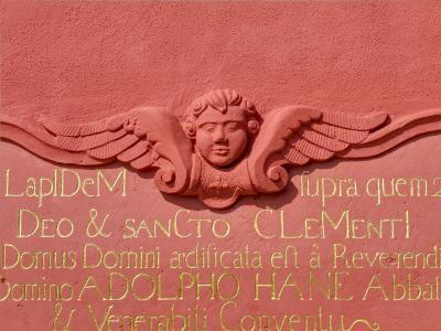 Auch die Inschriften an der Klosterfassade zum Konventgarten wurden restauriert: Nach dem Anstrich konnte das Blattgold angeschossen werden.
