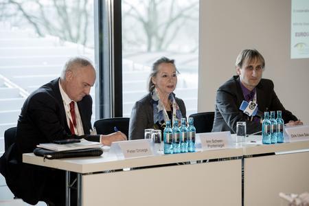Zur Energy Storage Europe vom 9. bis 11. März 2015 fanden in Düsseldorf erstmals fünf Fachkonferenzen und eine Messe unter einem Dach statt: Gemeinsam deckten die Energy Storage Europe, die IRES-Konferenz, die OTTI Conference Power-to-Gas, der VDE Financial Dialogue Europe und der Storageday die gesamte thematische Bandbreite zur Energiespeicherung ab. Auf der begleitenden Fachmesse mit knapp 100 internationalen Ausstellern haben die Besucher sich über den neuesten Stand der Technik sowie aktuelle Forschungsergebnisse informiert und vor Ort konkrete Geschäfte abgeschlossen. Über 1.800 Fachleute aus 48 Nationen haben an den drei Tagen die Konferenzen und die Fachmesse Energy Storage Europe besucht – mehr als doppelt so viele wie im Jahr zuvor (Foto: Energy Storage Europe)