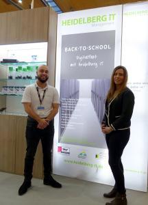 Gemeinsam für die digitale Schule der Zukunft: Dario Wagner und Katharina Njari, IT-Experten der Heidelberg iT, am Gemeinschaftsstand mit TP-Link Deutschland (Halle 2 / J23) auf der Learntec 2020 in Karlsruhe. Foto: TP-Link